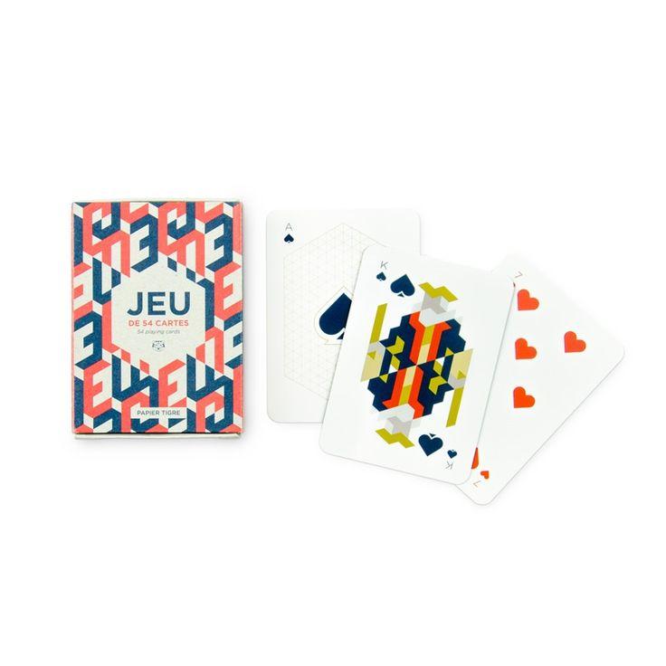 Poker, belote ou solitaire, Papier Tigre revisite le traditionnel jeu de carte. Dorénavant ils adopte un design coloré et moderne orné de motifs graphiques et géométriques.  Terminé les parties de cartes ordinaires en famille et entre amis.