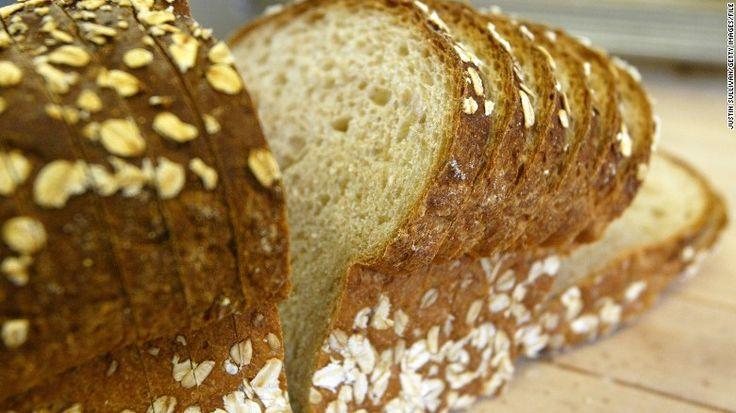 A pesar de que la mayoría de los nutricionistas recomiendan consumir pan integral en vez de pan blanco, un nuevo estudio indica que el tipo de pan que te cae mejor podría tener más que ver con tu c…