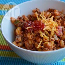 Macaroni (1 persoon): 60 gr macaroni  - stukje prei  - stukje ui  - stukje paprika  - 20 gr champignons - 50 gr gehakt  - 1/2 blikje tomatenpuree  - 1 theelepel Italiaanse kruiden - 25 gr kaas - olijfolie
