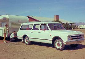30-Mar-2015 10:44 - CHEVROLET SUBURBAN VIERT 80E VERJAARDAG. Dubbel feest bij General Motors. Niet alleen viert het merk de 80e verjaardag van de Suburban, in de fabriek in Arlington rolde ook nog eens de 10 miljoenste auto van de band - niet geheel toevallig ook een Suburban. Een zwarte Chevrolet Suburban van modeljaar 2015 is de 10 miljoenste auto die het Arlington Assembly Center verlaat (foto 2). De Texaanse fabriek opende in 1954 en produceert sinds 1997 de grote SUV's van het...
