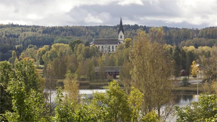 Utsikt mot Brunskogs kyrka och sjön Värmeln – Hus till salu: Vikene Solhagen, Brunskog, Arvika - Fastighetsbyrån