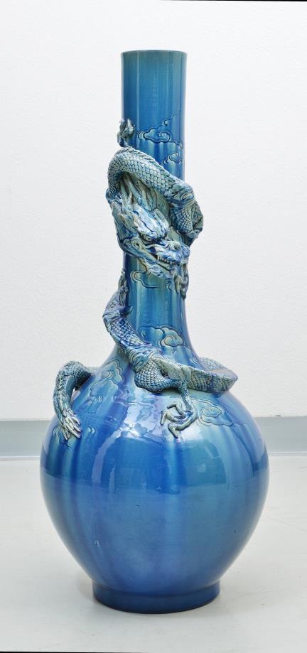 grand vase bouteille dans le goût de Théodore Deck en céramique à glaçure bleue turquoise, à décor d'un dragon en relief parmi les nuages. XIXe. H. 90 cm Diam: 36 cm