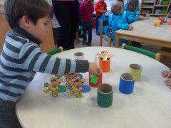 We speelden ook een kleurenspel: De zwarte pietjes in de juiste schoorsteen zetten.