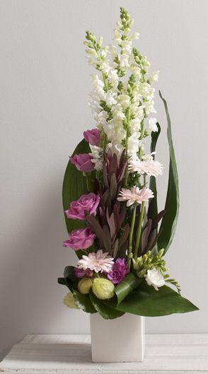 Horizon Composition en hauteur de fleurs variées avec roses et mufliers aux teintes rose et blanche #fleurs #mariage #idée #cadeau