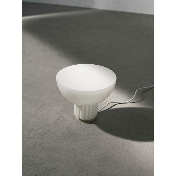 The Standard bordslampa från Menu, formgiven av Sylvain Willenz. Bordslampan är tillverkad...