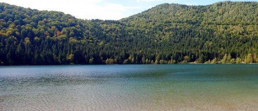 Lacul Sfanta Ana  Lacul Sfanta Ana este singurul lac vulcanic de pe teritoriul tarii noastre, reprezentant un adevarat punct de atractie. Anual, mii de turisti vin sa viziteze acest lac de o frumusete unica in Romania. Astfel, Lacul Sfanta Ana se numara printre cele mai cunoscute atractii turistice de pe la noi. Situat in imediata vecinatate a Masivului Ciomatu, in apropierea statiunii Tusnad.