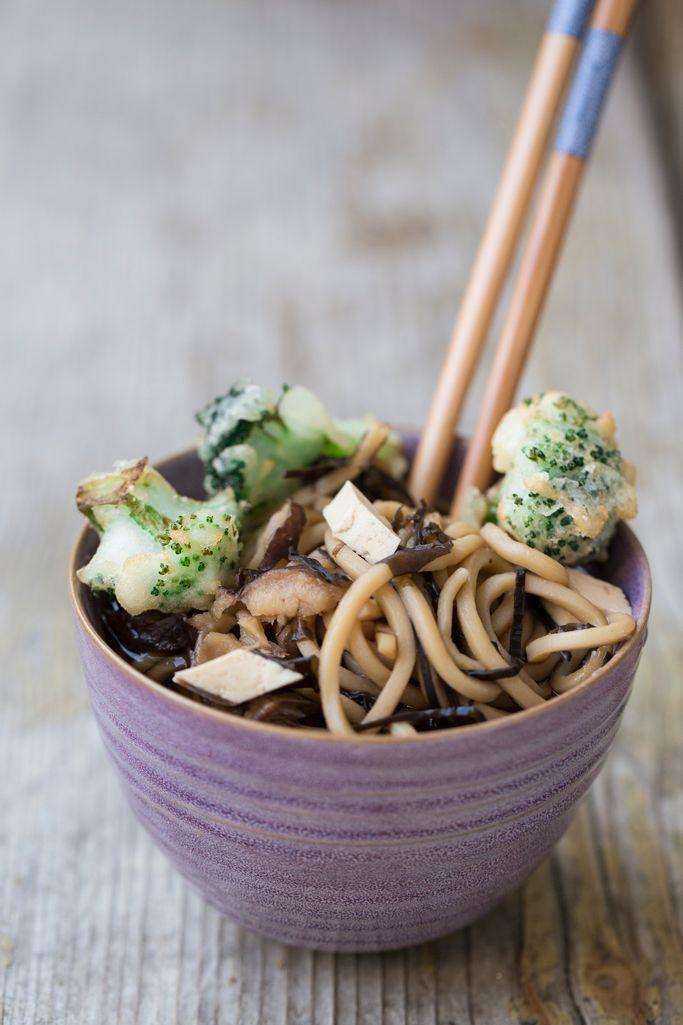 Ramen vegan con tofu e verdure in tempura