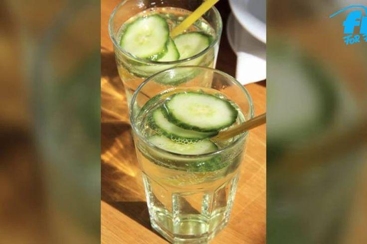 Gurkenscheiben verschönern nicht nur den Teint. Über dein Trinkwasser gibt es deinem Körper viele gesunde Nährstoffe und die Pfunde purzeln leichter.