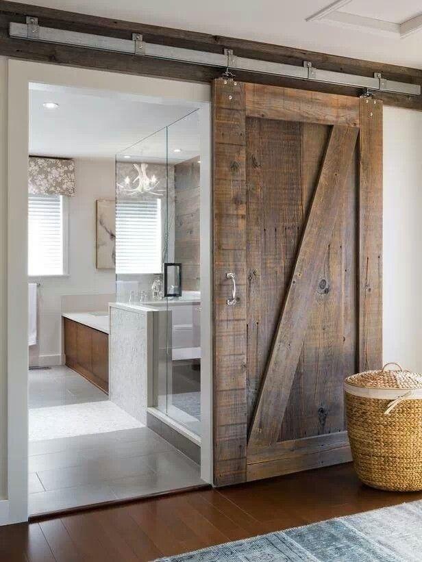 Salle de bain avec porte en bois coulissante #design #deco #decoration #salledebain #porte #bois