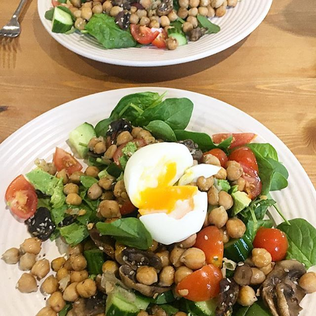 On that salad buzz post-festive season? Try this combo out! Panfry mushrooms and chickpeas in coconut oil, sesame seeds & garlic, then plate up on a bed of spinach, avocado, cucumber & tomato. Top with soft boiled poached egg and lots of cracked pepper! Eating healthy doesn't have to be expensive, and there doesn't always need to be meat on the plate! This was tasty and filling
