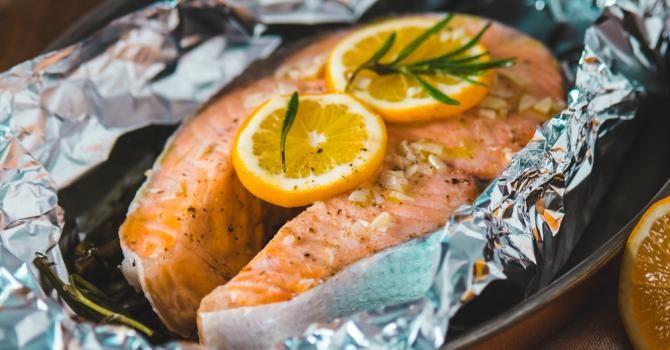 Darnes de saumon à l'orange en papillote En savoir plus sur http://www.fourchette-et-bikini.fr/recettes/recettes-minceur/darnes-de-saumon-a-lorange-en-papillote.html#WZXDeyM0CpxdFi3p.99