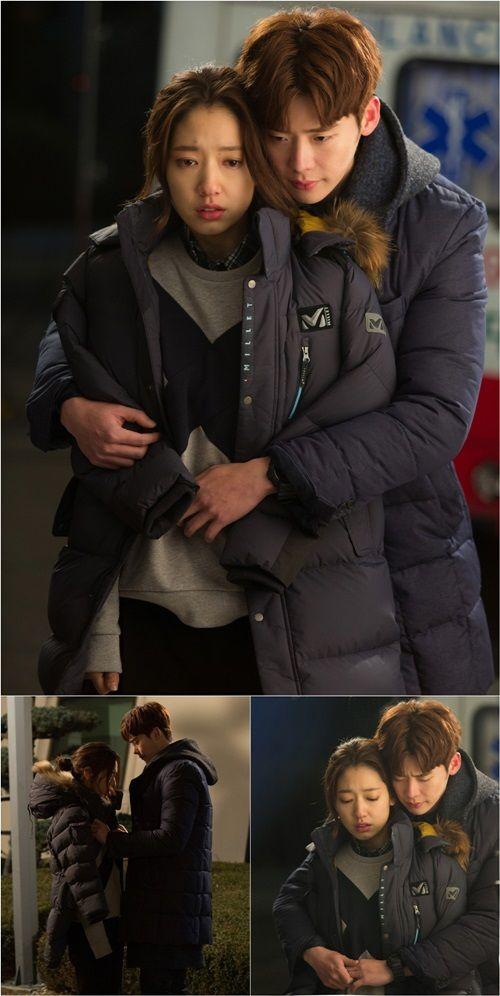 Lee Jong Suk hugs Park Shin Hye