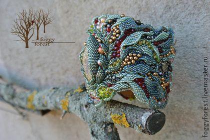 Браслет `Пиритовый лес`. Если осторожно раздвинуть сочную молодую листву, увидишь янтарные капли росы, светло-зелёный мох и россыпь разноцветных ягод. А может быть это просто пирит цветёт?