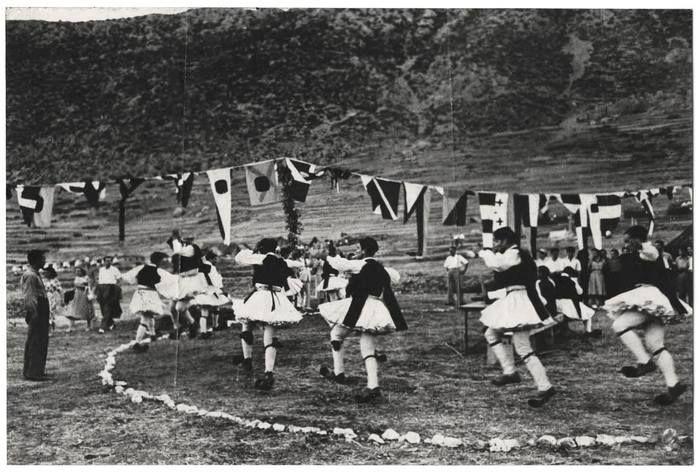 david Seymour.Αντρες έπιασαν τον χορό στους Δελφούς το 1951.