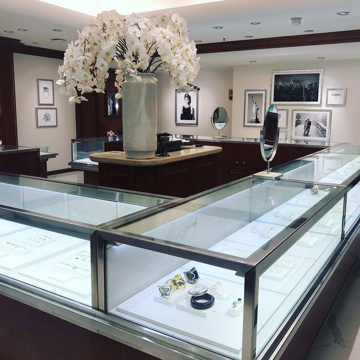 Happy hour at Tiffany's 💎💎💎 Delícia de programa: vim escolher as joias para o lançamento do #livroCZ amanhã!! 💍 E ainda escolhi uma caneta linda para autografar os livros!!!🖋💙 Espero todo mundo lá, hein! Às 19h, na Livraria Cultura do Shopping @iguatemisp 📚📚📚 #cz10anos