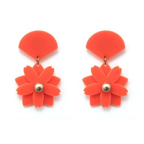 Brinco curto de base em formato de leque e pingente em acrílico coral em formato de flor de cerejeira com duas camadas e pérola cappuccino bordada no meio.Medidas (Comprimento x Largura máximos, incluindo base): 4.8 x 2.8 cm.Referência: V16-823