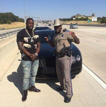 Christine Michael, joueur de football américain qui évolue au Cowboys de Dallas, a été arrêté dimanche alors qu'il se rendait à Dallas. Il a été pris en photo. Mais il est sûrement reparti avec le…