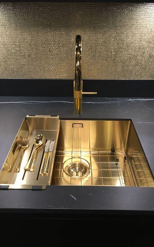 Bent u opzoek naar een excentrieke keuken? Bekijk dan onze zwarte Keller Keuken Evia met gouden keukendetails. ✔ Keller Keuken ✔ Zwarte Keuken met Gouden keukendetails
