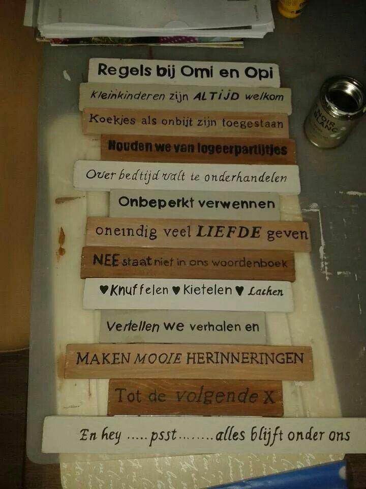 Mooi!  tekst printen in spiegelbeeld via word, overtrekken op wit bakpapier met pastelpotlood. Dat op het hout wrijven en over schilderen.. Of met carbonpapier natuurlijk☺