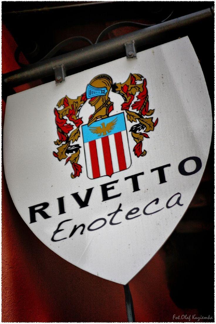 W samym środku prowincji Serralunga d'Alba znajduje się rodzinna winnica produkująca wina pod marką Rivetto. Winnica ta zewsząd okalana jest parcelami winorośli, a na horyzoncie wyłania się majestatyczny zamek Castello di Serralunga d'Alba. I jak tu nie zakochać się w widoku i winach od Rivetto? http://exumag.com/rivetto-wloska-winnica-z-polskim-akcentem/