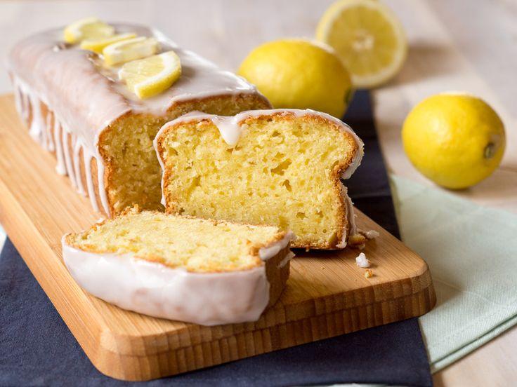 Das Geheimnis meines Zitronenkuchen ist der Frischkäse. Dadurch bleibt der Kuchen tagelang saftig und schmeckt außerdem super zitronig!