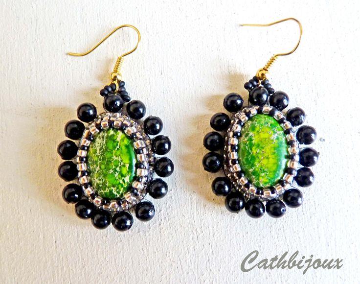 Boucles d'oreille en perles brodées noir et doré autour d'un cabochon en jaspe sédiment vert : Boucles d'oreille par cathbijoux
