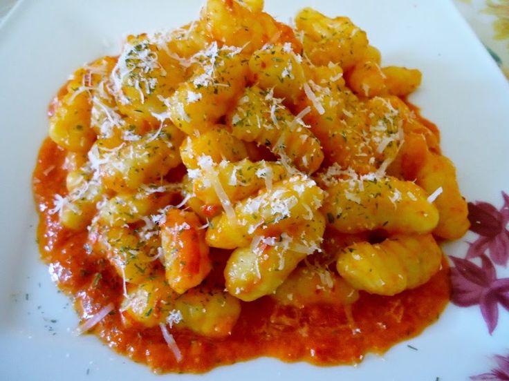 Arte e cucina...le ricette di Marisa e Simona: Gnocchi di patate su letto di peperoni