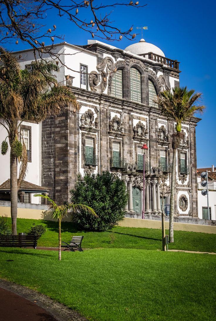 #PróximaParagem Ponta Delgada  Na cidade de Ponta Delgada, situada na ilha de São Miguel, nos Açores, é evidente o contraste entre as arquiteturas antiga e moderna, mantendo presente nas suas ruas estreitas o comércio tradicional mas apostando também numa marina e porto de cruzeiros modernos, com jardins, parque infantil e uma piscina natural aberta todo o ano, onde a animação não falta nos bares, cafés e restaurantes.  Descubra os Açores no nosso blogue >> https://goo.gl/qE9Dml