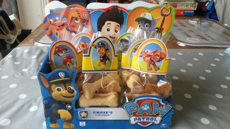 Traktatie Paw Patrol. Honden zandkoekjes gebakken. Met een uitstekertje in botjes vorm. Free printables van Nick Jr.com om het zakje en de uitdeeldoos mee te versieren.