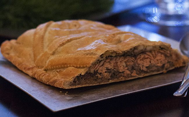 Te explicamos paso a paso, de manera sencilla, la elaboración de la receta de Kulibiak o pastel ruso de salmón. Ingredientes, tiempo de elaboración