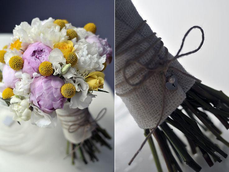Pembe beyaz şakayıklar ve sarı çiçeklerle hazırlanmış buket