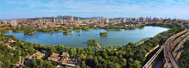"""Lago Daming (大明湖, dà míng hú). En el centro de #Jinan (济南, Jǐnán), capital de #Shandong. Este lago es uno de los grandes atractivos culturales y paisajísticos de la ciudad, formado por agua proveniente de los acuíferos kársticos que forman sus 72 manantiales. Si traducimos el nombre del lago, que literalmente significa """"gran lago brillante"""", nos dará una pista de la claridad de sus aguas. http://confuciomag.com/shandong-el-tesoro-que-aflora"""