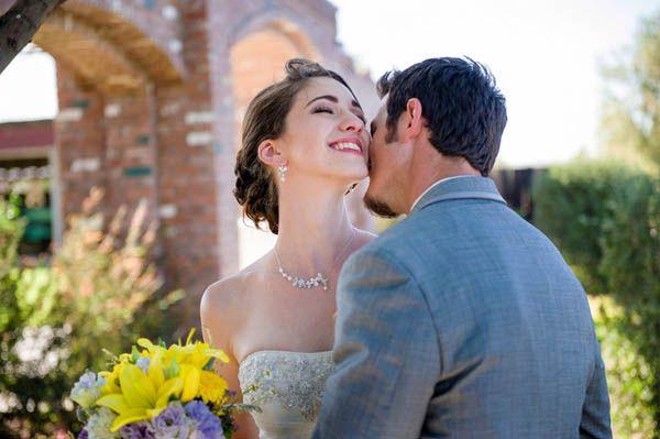 Un matrimonio giallo e viola in un antico granaio