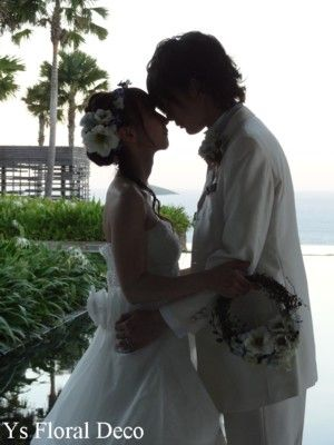 (記事、追記しました。)バリ島で挙式の新婦さんよりお写真をいただきましたので、ご紹介いたします。雰囲気のあるお写真、素敵! リースブーケと、お揃いのアク...