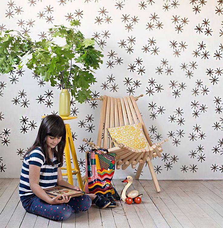 """STENCIL - """" A responsável por esse DIY (faça você mesmo) é uma designer chamada Anna Joyce. Ela dá a dica: é preferível que o acabamento da tinta da parede debaixo seja fosco, pois assim a tinta acrílica será mas bem absorvida e as chances de você borrar sua parede diminuem bastante.""""  Veja Mais em: www.limaonagua.com.br"""