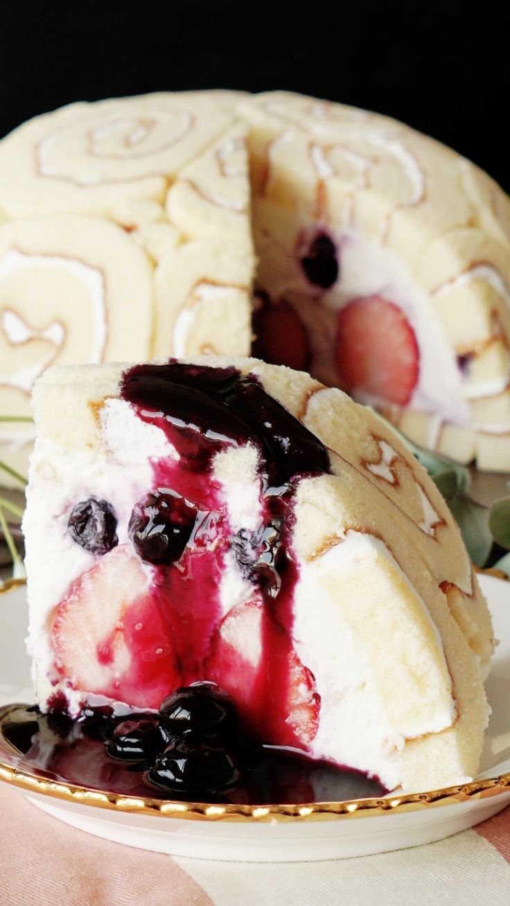 Recipe with video instructions: Not only is this cake berry yummy, but it's gorgeous too. Ingredients: 1 ready-made Swiss Roll, (blueberry sauce), 100g blueberries, 30g sugar, 1/2 tbsp lemon juice, (yogurt mousse), 400g yogurt, 200g whipped cream, 50g sugar, 1/2 tbsp lemon juice, 5g gelatin (sprinkle over 20g water in a small bowl), (garnish), 14 strawberries, mint leaf