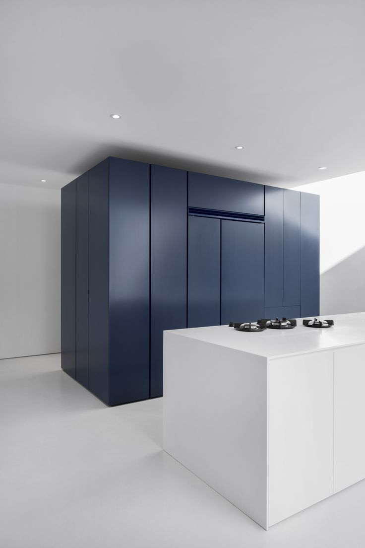 A dark blue block is the central pole of the kitchen area. Deposited directly on the floor, its periphery creates a zone of circulation.