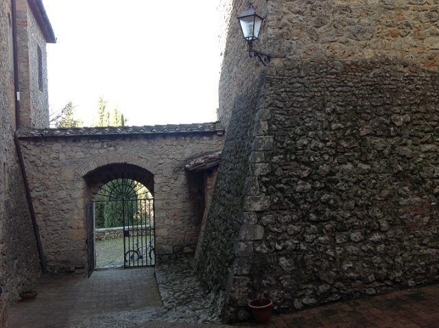 #chianti #mountainbiking #natureguide #hiking #history #goodlife #wine #winetasting #upanddownthechianti #beauty #health #wellness #art #history #viafrancigena It's time to hit the road between castle and grapeyard  passing through Via Francigena. Part of one of my tour.