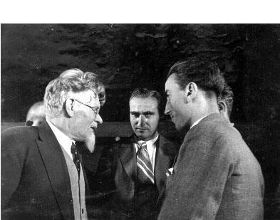 Resumen: Kalinin la conversación con los delegados españoles Marasolom y Martin llegó a Moscú para celebrar el 18 aniversario de la Revolución Socialista de Octubre.  Fuente de recepción:  Fecha: 1935  Lugar tomada: Ciudad de Rusia, Moscú