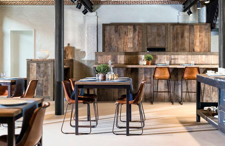 Massieve keuken uit Franse eik - Sol y Luna (bar)stoelen - Bed and breakfast design and decoration - Built-in appliances - Custom wooden bar - WoonTheater