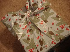 Presents Without Bows Are Just WRONG (A Gift Wrap Bow Tutorial) | ohamanda.com
