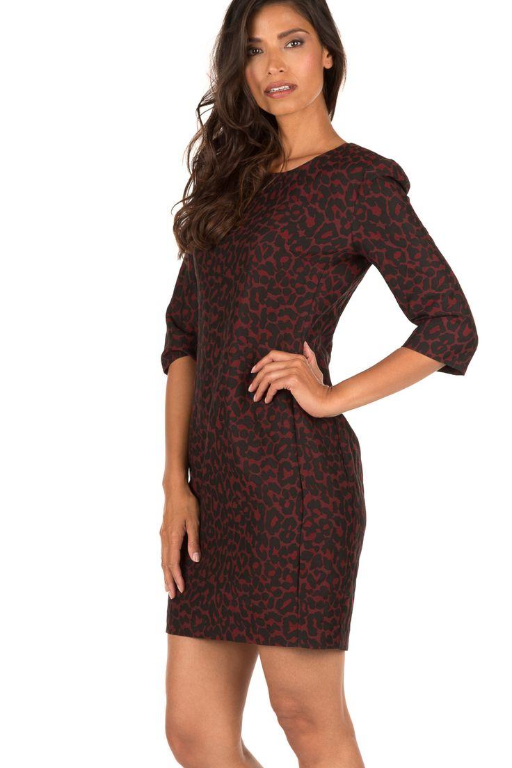 Dat luipaardprint super stijlvol is bewijst dit prachtige jurkje van  Amatør. Het jurkje is uitgevoerd in bordeauxrood met een zwarte luipaardprint en gesneden in een perfecte pasvorm. De siernaden hebben een slankmakend effect. Het jurkje sluit met een handige zilveren rits op de rug. Mooi in combinatie met een zwarte blazer! - Materiaal: 63% polyester, 18% katoen, 1% polyamide- Voering: 56% elastaan, 44% viscose- Stomerij- De maten vallen normaal, het model draagt maat S- Lengte: 90 cm…