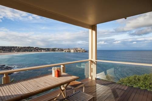 The Ultimate Bondi Beach Escape is a modern apartment which features a balcony and a terrace to watch the sun rise over the ocean. Now this is a perfect #getaway #hotel in #Australia!