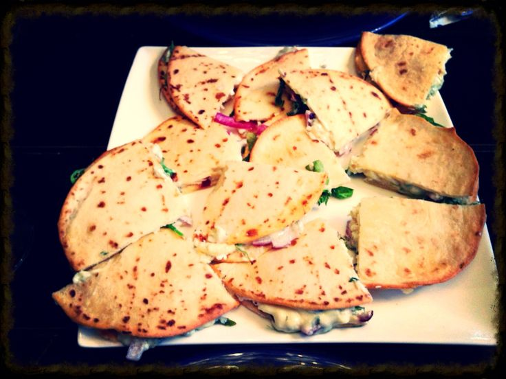 Quesedillas 1 - mozzarella, rode ui, chilibonen en koriander 2 - goudse kaas, jalapenos, guacamole en gerookte kip 3 - cheddar, groene olijven en chorizo 4 - gruyere, tomatensalsa, paddenstoelenmelange en rucola