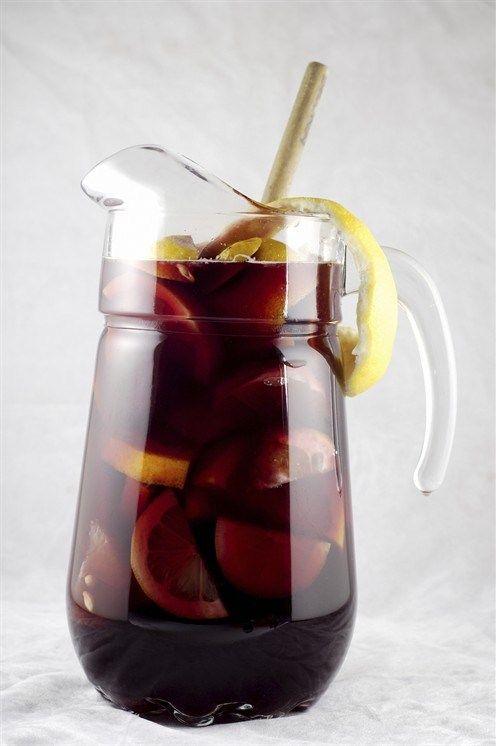 """""""Cангрия""""  Лимоны1 штука Апельсины1 штука Сахар тростниковый55 г Вино красное сухое750 мл Бренди60 мл Вода содовая500 мл"""