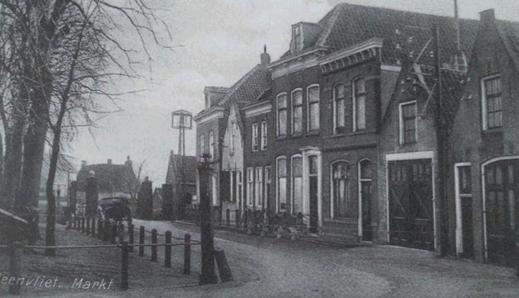 Het Oude Raadhuis van Heenvliet aan de Markt in 1956