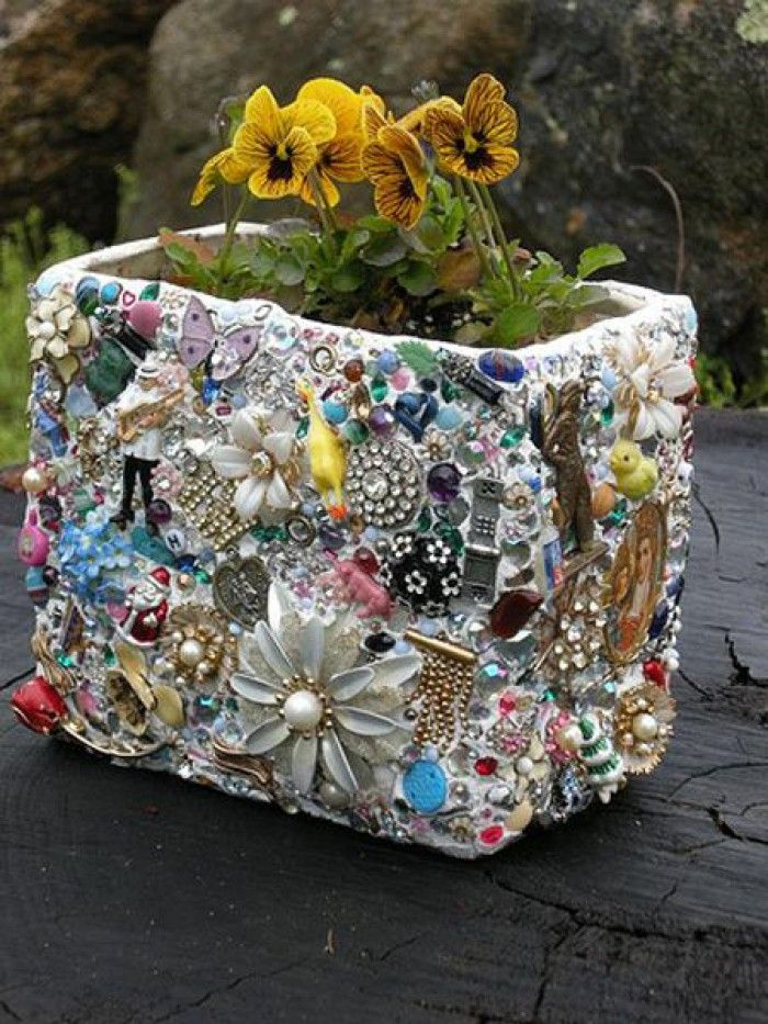 Vraag aan iedereen of je hun oude kapotte sieraden mag hebben..(ipv weggooien) en gebruik deze om een oude plantenbak te mozaïeken,zo kitsch dat het leuk is.