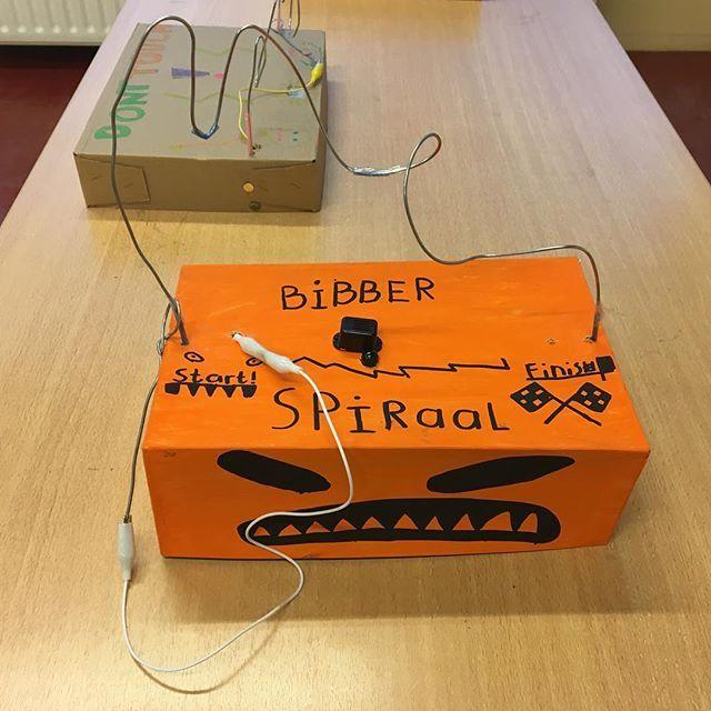 De bibberspiralen waren vandaag een groot succes! #bibberspiraal #zenuwspiraal #elektriciteit #plusklas #groep7 #lichtjesavond #stroom #stroomkring #techniek #techniekindeklas #techniekles