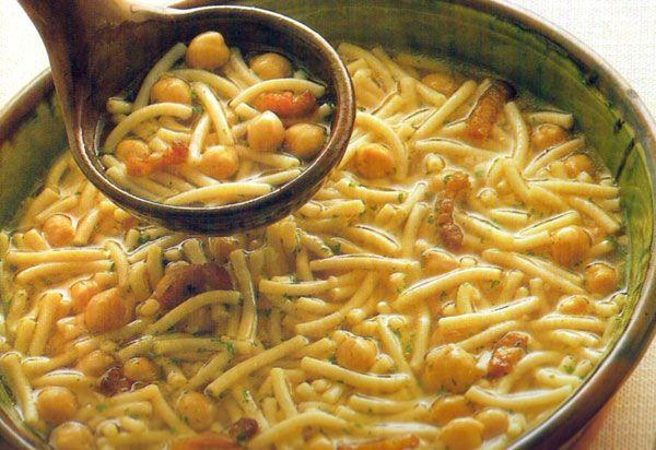 Receta de Fideos con garbanzos en http://www.recetasbuenas.com/fideos-con-garbanzos/ Cocina un guiso de fideos con garbanzos de forma rápida y fácil. Un plato que servido muy caliente sentará muy bien en los peores meses del invierno. #recetas #Pasta #fideos