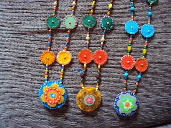 Colar confeccionado em feltro, pedrarias e miçangas. Várias cores e modelos. R$ 30,00